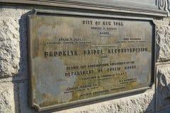 Tecken för rekonstruktion för Brooklyn bro MANHATTAN - NEW YORK - APRIL 1, 2017 Arkivbild