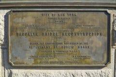 Tecken för rekonstruktion för Brooklyn bro MANHATTAN - NEW YORK - APRIL 1, 2017 Fotografering för Bildbyråer