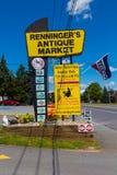 Tecken för Renningers antikt marknadsingång Royaltyfri Bild