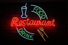 tecken för restaurang för drinkmatneon Arkivfoto