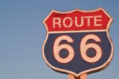 Tecken för Route 66 på solnedgången Arkivfoton
