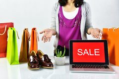 Tecken för Sale befordran, online-shoppingrabatt, entreprenör och e-affär kommers Arkivfoto
