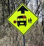 Tecken för skolbussvarningstrafik Royaltyfria Bilder