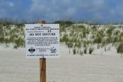 Tecken för skydd för havssköldpadda på flintöstranden, North Carolina, USA Royaltyfri Bild
