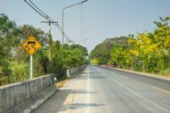 Tecken för Slipery vägtrafik royaltyfria foton