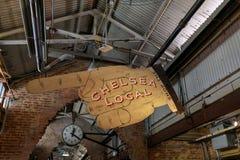 Tecken för stor hand och klocka, inre sikt av Chelsea Local Market Arkivfoto