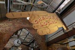 Tecken för stor hand och klocka, inre sikt av Chelsea Local Market Arkivbilder