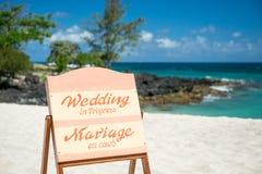Tecken för strandbröllop arkivfoto