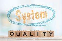 Tecken för systemkvalitet på en tabell Royaltyfri Fotografi