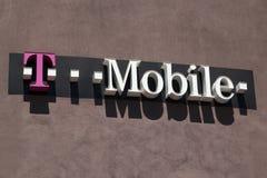 Tecken för T-Mobile cell- detaljistframdel Arkivbild