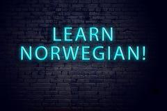 Tecken för tegelstenvägg och neonmed inskriften Begrepp av att lära norrman arkivfoton
