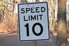 Tecken för tio Miles Per Hour Speed Limit 10 MPH Arkivbild