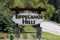 Tecken för Tippecanoe kullegrannskap på en Sunny Day Suburban Road arkivbild