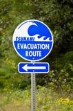 Tecken för tsunamievakueringsrutt Arkivfoto