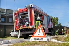 Tecken för tyskUnfall olycka nära en brandlastbil Arkivfoton