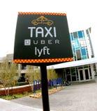 Tecken för Uber Lyft taxiställning Arkivbilder