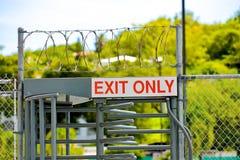 Tecken för utgång endast på säkerhetsdörr Royaltyfri Foto