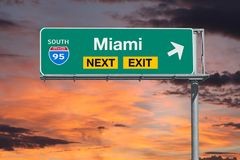 Tecken för utgång för motorväg för Mianai Florida rutt 95 nästa med solnedgånghimmel Royaltyfri Fotografi