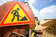 Tecken för vägarbeten på lastbilen Arkivfoto