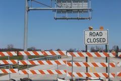 Tecken för vägen som stängs över bron Arkivbild