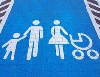 Tecken för vägmarkering på en blå bakgrund som indikerar parkering för en stor familjebil Bekvämligheten av att parkera ett medel royaltyfria foton