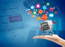 Tecken för vagn för marknad för manhandhåll som shoppar online-begrepp Arkivfoto