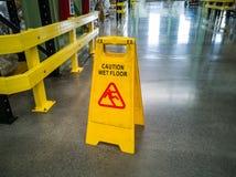 Tecken för varning för golv för gult självanseende vått royaltyfria foton