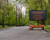 Tecken för varning för väg för aktiv vulkan för fara Hawaii fotografering för bildbyråer