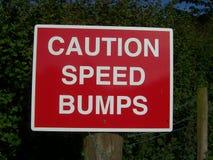 Tecken för varningshastighetsbulor Fotografering för Bildbyråer