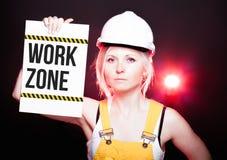 Tecken för arbetszon som förläggas på informationsbrädet, arbetarkvinna Royaltyfria Foton