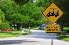 Tecken för golfvagn korsning på den bostads- gatan Royaltyfria Bilder