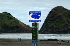 Tecken för tsunamievakueringsrutt Fotografering för Bildbyråer