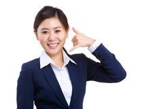 Tecken för visning för affärskvinna kallande Royaltyfri Bild