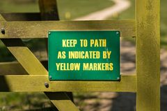 Tecken: Håll till banan som indikerat av gula markörer arkivfoton