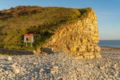 Tecken: Håller farliga klippor för varning, ett säkert avstånd walesisk & En Arkivfoto