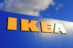 Tecken IKEA på lagerväggen med himmel och moln Arkivfoton