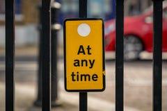 Tecken: Ingen parkering när som helst Royaltyfri Foto