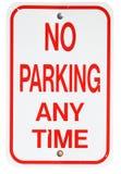 Tecken: Ingen parkering när som helst Royaltyfria Bilder