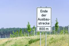 Tecken med de tyska orden 'slut av förlängningen 'som ett tecken av slutet av en huvudväg fotografering för bildbyråer