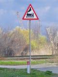 Tecken med drevuppsättningen på den järnväg korsningen Arkivfoto