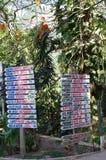 Tecken med riktningar till hotell arkivbild