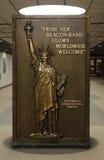 Tecken med statyn av frihet i Pittsburgh den internationella flygplatsen Arkivbild