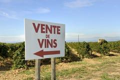 Tecken med text: wineförsäljning Arkivfoton