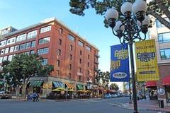 Tecken och byggnader i den Gaslamp fjärdedelen av San Diego, Califor Arkivfoton
