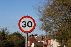 tecken och hus för hastighet 30mph royaltyfri bild