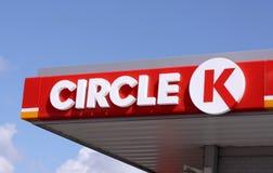 Tecken och logo av den internationella kedjan av bensinstationer, cirkel K arkivbild