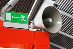 Tecken och megafon för nöd- utgång för flygplats Royaltyfri Fotografi