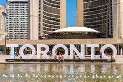 tecken och Nathan Phillips Square för 3D Toronto i Toronto, Kanada Royaltyfri Fotografi