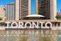 tecken och Nathan Phillips Square för 3D Toronto i Toronto, Kanada Arkivbilder