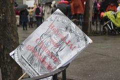 Tecken och plattor på kvinnors marsch i Zurich Royaltyfri Bild